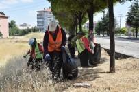 AMBALAJ ATIKLARI - Uşak Sokaklarını Elleriyle Temizliyorlar