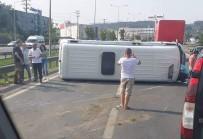 YOLCU MİNİBÜSÜ - Yolcu Minibüsü Yan Yattı Açıklaması 4 Yaralı
