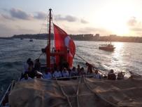 İLÇE MİLLİ EĞİTİM MÜDÜRÜ - Denizde Teknelerle 15 Temmuz Şehitleri İçin Saygı Geçişi