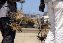 EYFEL KULESI - Fransa'da Seyyar Satıcı Anahtarlıkla Polisleri Dövdü