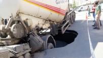 İLK MÜDAHALE - İstanbul'da Yol Çöktü