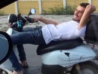 CUMHURİYET HALK PARTİSİ - Koltuğuna Sırt Üstü Yattığı Motosikleti Tek Elle Kullanıyor
