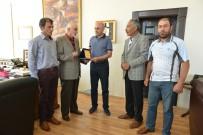 ALİ KORKUT - Köylüler Teşekkür İçin, Başkan Korkut'a Plaket Verdiler