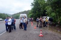 MİNİBÜS ŞOFÖRÜ - Minibüs Ormanlık Alana Uçtu Açıklaması 1 Ölü, 11 Yaralı