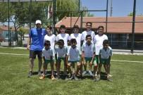 ALPAGUT - Çocuklar, Ediz Bahtiyaroğlu Futbol Sahasında Topbaşı Yaptı