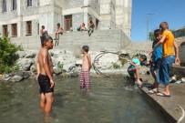 KÜMBET - Malazgirtli Çocuklar, Süphan Dağı'ndan Gelen Suyla Serinliyor