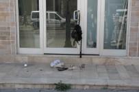 BOMBA İMHA UZMANI - Dükkan Kapısına Bırakılan Kadın Çantası Paniğe Sebep Oldu
