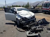 HÜSEYIN EROĞLU - Minibüs İle Otomobil Çarpıştı Açıklaması 12 Yaralı