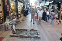 FEVZIPAŞA - Caddeye Mezar Yapıp, Üzerine Çiçekler Koydu