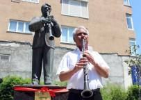 ÖĞRETMENEVI - Heykelinin Açılışını Yapıp Klarnet Çaldı
