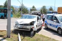 TRAFİK LEVHASI - Kavşakta İki Otomobil Çarpıştı Açıklaması 3 Yaralı