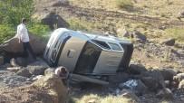 DERECIK - Kamyonet Takla Attı Açıklaması 3 Yaralı