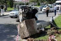 NECATI YıLMAZ - Sivas'ta Otomobil Aydınlatma Direğine Çarptı Açıklaması 2 Yaralı
