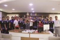 GÜREŞ TAKIMI - Kazandıkları Kupayı Başkan Şahiner'e Hediye Ettiler