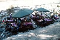 HAFTA SONU - Sıcaktan Bunalan Bursalılar Yemeklerini Derenin İçinde Yiyor