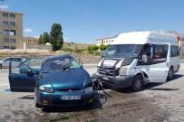 YEŞILPıNAR - Yolcu Minibüsü Otomobille Çarpıştı Açıklaması 1 Ölü, 8 Yaralı