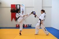 SAVUNMA SPORU - Konyaaltı'nda Kız Çocukları Taekwondo Öğreniyor