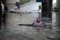 SEL BASKINLARI - Sel sularından yüzerek kurtuldu