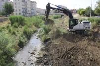 DERE YATAĞI - Sungurlu'da Dere Yatakları Temizleniyor