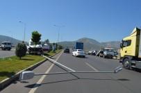 CELAL BAYAR ÜNIVERSITESI - Manisa'da Zincirleme Kaza Açıklaması 2 Yaralı