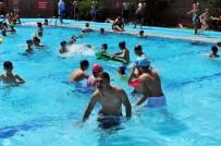 KADIN İŞÇİ - Başkentliler Havuzlara Akın Etti