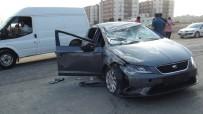 Kınaya Gidenlerin Bulunduğu Otomobile Kamyonet Çarptı Açıklaması 4 Yaralı