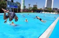 KADIN İŞÇİ - Sıcaklardan Bunalan Vatandaşlar Havuzlara Akın Etti