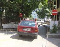 AHMET HAMDİ TANPINAR - Dolmuş Ters Yönden Çıktı, Motosikletli Çift Ölümden Döndü