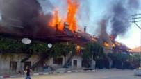 BAŞPıNAR - Ekmek Yaparken Çıkan Yangın 6 Evi Kül Etti