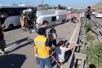 HAFRİYAT KAMYONU - Kum Yüklü Kamyon Ve Servis Minibüsü Devrildi Açıklaması 9 Yaralı