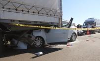 FATİH ŞAHİN - Otomobil Tırın Altına Girdi Açıklaması 1 Ölü, 2 Yaralı