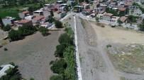 YOĞUN MESAİ - Spil Mahallesindeki Dereye Panel Çit Uygulaması