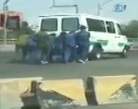 CEZAEVİ ARACI - Bozulan Cezaevi Aracını Mahkumlar İtti