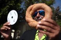 Müzik CD'si Çoğaltmak İçin Simit Satıyor