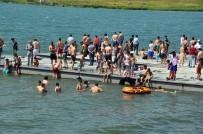 ÇıLDıR GÖLÜ - Sıcaktan Bunalan Vatandaşlar Çıldır Gölü'ne Akın Etti
