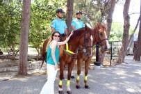 KARAKOL KOMUTANI - Jandarma Atlı Birliklerini Gören Turistlerden Fotoğraf Yarışı