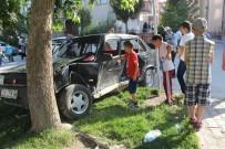 NIĞDE MERKEZ - Otomobiller Çarpıştı, Mahallenin Çocuklar Kazayı İnceledi
