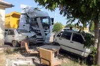 HAFRİYAT KAMYONU - Yine Hafriyat Kamyonu Açıklaması İki Otomobile Çarptıktan Sonra Eve Daldı