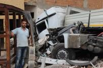 AİLE SAĞLIĞI MERKEZİ - Asitli Yüklü Tanker Tıra Çarptı, Faciadan Dönüldü Açıklaması 2 Yaralı