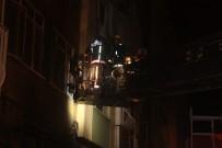 GENERAL - Bakırköy'de Bir Apartmanda Çıkan Yangında 1 Kişi Yaralanırken 2 Kişi İse Dumandan Etkilendi