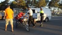 ÖMER ÇELİK - Burhaniye'de Motosiklet Kazası 2 Yaralı