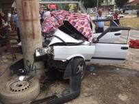 Suriyelilerin İçindeki Otomobil Direğe Çarptı Açıklaması 1 Ölü, 8 Yaralı