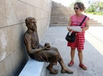 YUNANLıLAR - Kafası Yunus Emre'ye Benzetilen Anaksagoras Heykeli Tartışma Konusu Oldu