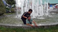 ALIŞVERİŞ MERKEZİ - Tehlikeye Aldırış Etmeyen Suriyeli Çocuklar Süs Havuzunda Serinledi