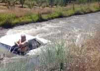 Sulama Kanalına Uçan Araçta Kurtarılmayı Bekledi