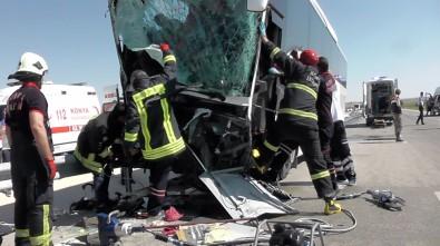 Yolcu otobüsü kepçeye çarptı: 15 yaralı