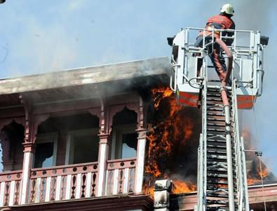 Arnavutköy'de ahşap binanın çatısında yangın çıktı