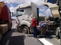 HAFRİYAT KAMYONU - Şile Yolunda Hafriyat Kamyonları Çarpıştı Açıklaması 2 Yaralı