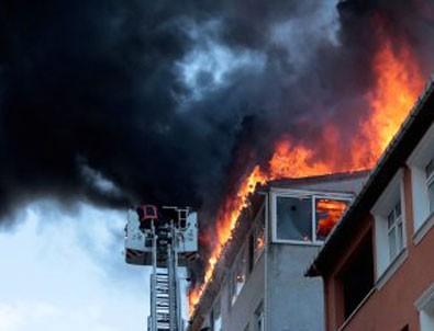 Ataşehir'de çatı katında çıkan yangın paniğe neden oldu
