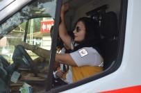 Kadın Paramedik Hem Ambulans Kullanıyor Hem Müdahale Ediyor